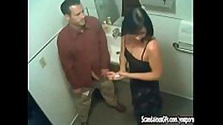 Le hace sexo oral-stimulation al tío de su esposo en una fi...
