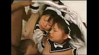 Dos japonesas adolescentes con un hombre