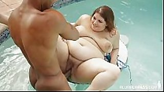 Curvy tattooed floozy fucks bbc underwater in pool