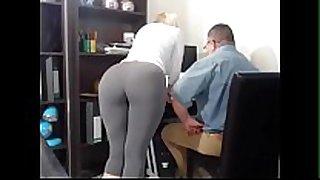 Secretaria tiene orgasmos frente a su jefe - howdy...